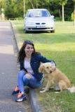 遛的女孩一条狗在夏日 免版税库存图片