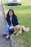 遛的女孩一条狗在夏日 免版税图库摄影