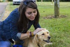 遛的女孩一条狗在夏日 免版税库存照片