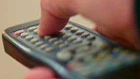 遥控电视男性手按的按钮宏指令  股票视频