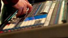 遥控,音频搅拌器,在音乐会的技术,操作员移动音量控制器调整话筒的声音 股票视频