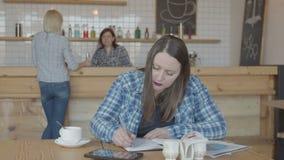 遥远地工作在咖啡馆的Seroius女性自由职业者 股票视频