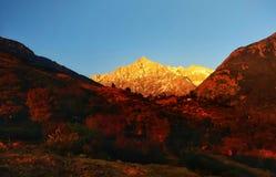 遥远的喜马拉雅山部族村庄和雪峰顶地形 免版税库存图片