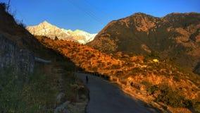 遥远的喜马拉雅山部族村庄路和地形 免版税库存照片