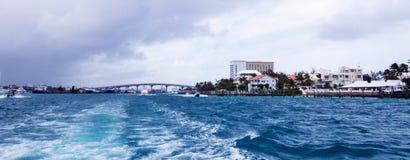 遥远的大厦和桥梁在小船乘驾期间 免版税图库摄影
