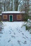 遥远的客舱在多雪的乡下 库存照片