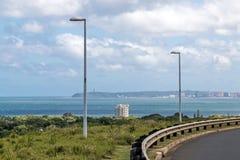遥远的德班市地平线沿海风景视图  库存图片