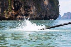 遥远的推进汽艇Rya吊姚 运转的螺丝马达长尾巴小船在水中 飞溅入海 在的山 免版税库存图片