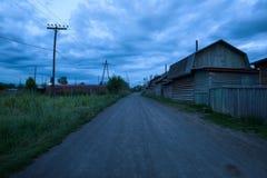 遥远的村庄Kozyrevsk的空的街道日落的 图库摄影