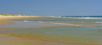 遥远的海滩全景 库存图片