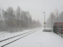 遥远的火车站在没有人的冬天 免版税库存图片