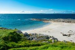 遥远的白色沙子海滩在Connemara在爱尔兰 免版税库存图片