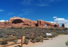 遥远的窗口岩石和标志在拱门国家公园 库存图片