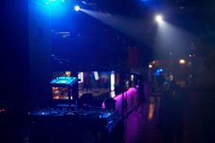 遥远的DJ的特写镜头有乙烯基圆盘的在一个夜总会以是 库存照片