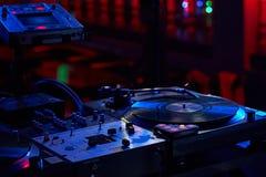 遥远的DJ的特写镜头有乙烯基圆盘的在一个夜总会以是 图库摄影