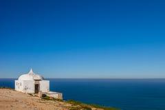 遥远的Ermida da Memoria (记忆偏僻寺院)诺萨Senhora做Cabo圣所 库存照片