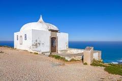 遥远的Ermida da Memoria (记忆偏僻寺院)诺萨Senhora做Cabo圣所 图库摄影