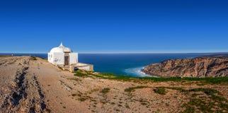 遥远的Ermida da Memoria (记忆偏僻寺院)诺萨Senhora做Cabo圣所 免版税库存图片