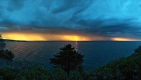 遥远色的日落的风暴 库存图片