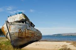 遭到海难的小船 免版税图库摄影