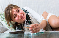 遭受与痛苦胃的怀孕的女孩 免版税库存照片