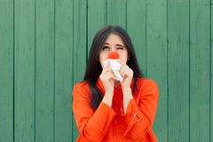 遭受与红色鼻涕的病的女孩 图库摄影