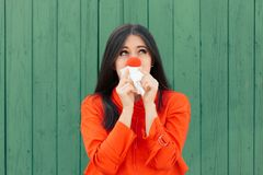 遭受与红色鼻涕的病的女孩 库存照片