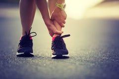遭受体育伤害的女运动员 免版税库存照片