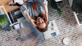 遭受偏头痛的妇女转动的定期流逝在接触头的办公室 股票录像