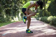 遭受充满在跑伤害的体育的痛苦的赛跑者 库存照片