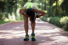 遭受充满在跑膝伤的体育的痛苦的赛跑者 图库摄影