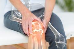 遭受充满膝盖痛苦的人的中间部分 库存图片