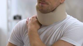 遭受在肩膀和脖子的痛苦的人佩带的泡沫子宫颈衣领 股票视频