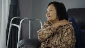 遭受在肩膀痛苦中的资深妇女 股票录像