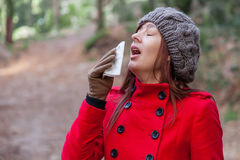 遭受寒冷、流感或者过敏的少妇 免版税库存照片