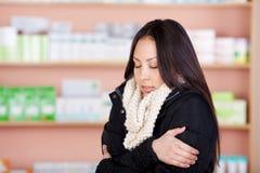 遭受寒冷的年轻亚裔妇女 免版税库存照片