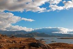 遭受干旱的湖伊莎贝拉磐石湾在湖南部的内华达山mounta的伊莎贝拉加利福尼亚 库存图片