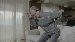 遭受木材问题无法身分的老不适的人停滞他痛苦后面 股票录像