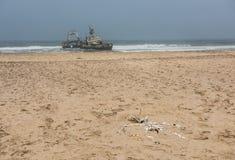 遭受海难在海滩,最基本的海岸,纳米比亚 免版税图库摄影