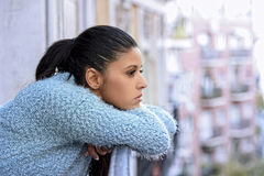 遭受消沉周道沮丧的美丽的哀伤和绝望西班牙妇女 图库摄影