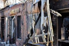 遭受火房子 灰烧了炭烬热红色保持的木柴片段 很多被烧的残骸 火灾危险 库存照片