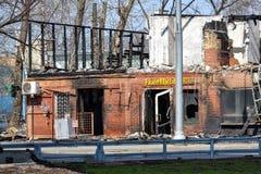 遭受火房子 灰烧了炭烬热红色保持的木柴片段 火灾危险 免版税库存照片