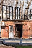 遭受火房子 灰烧了炭烬热红色保持的木柴片段 火灾危险 库存图片
