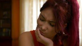 遭受牙疼痛痛苦的秀丽妇女 股票录像