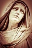 遭受的宗教妇女雕象 免版税库存图片
