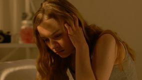 遭受经期前的痛苦,激素不平衡状态的不快乐的少年女孩 影视素材