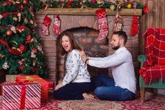 遭受肩膀痛苦的他怀孕的妻子的丈夫按摩 库存图片