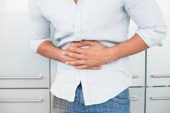 遭受胃痛的人的中间部分 免版税库存照片