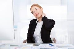 遭受脖子痛的女实业家 免版税库存图片