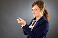遭受腕子痛苦的一名年轻女实业家的画象 免版税库存图片